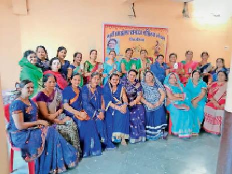 खिरकिया। कार्यक्रम में शामिल शिक्षक व समाज की महिलाएं। - Dainik Bhaskar