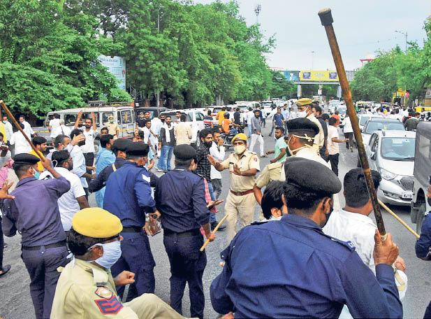 दोनों पार्टियों के समर्थकों ने  हंगामा किया। भीड़ हटाने के लिए सीआरपीएफ ने हल्का लाठी चार्ज किया। - Dainik Bhaskar