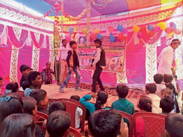 शिक्षक दिवस पर प्रस्तुति देते बच्चे। - Dainik Bhaskar
