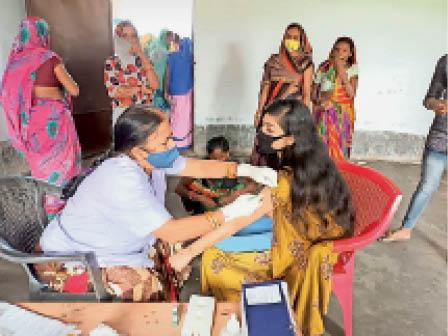 बाेखड़ा में वैक्सीन लगाती स्वास्थकर्मी। - Dainik Bhaskar