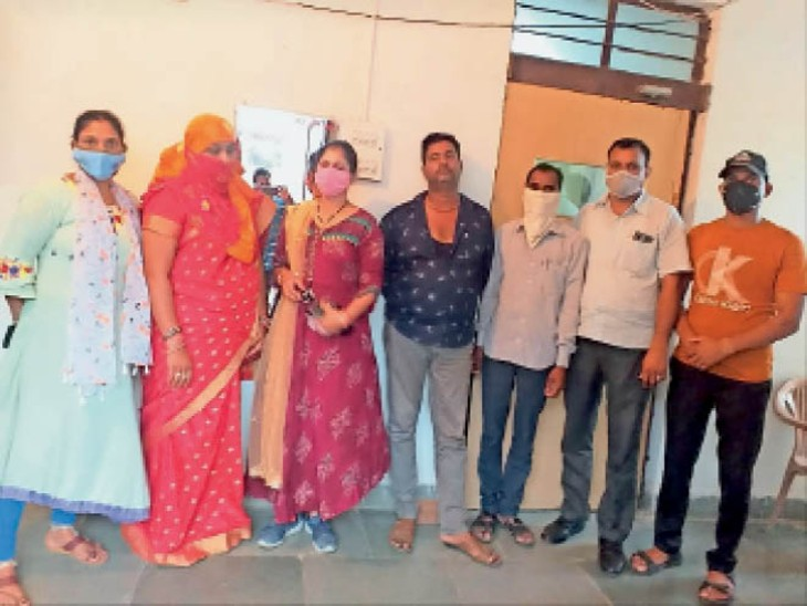 एसीबी की गिरफ्त में रिश्वत की आरोपी ग्राम विकास अधिकारी, दलाल व सरपंच पति। - Dainik Bhaskar