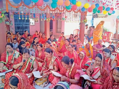 मंगल पाठ करतीं मारवाड़ी समाज की महिलाएं। - Dainik Bhaskar