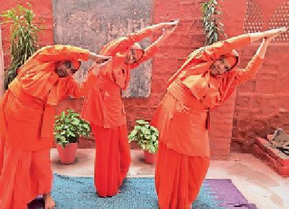 कौशिकी नृत्य करते आनंदमार्गी। - Dainik Bhaskar