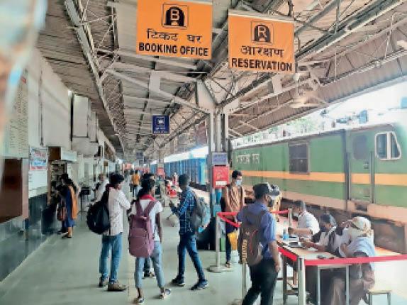 रेलवे स्टेशन में जांच की औपचारिकता अब भी जारी। - Dainik Bhaskar