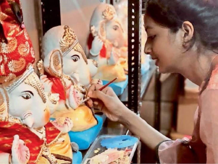 मिट्टी से बप्पा की ईको फ्रेंडली प्रतिमा तैयार करतीं नम्रता। - Dainik Bhaskar