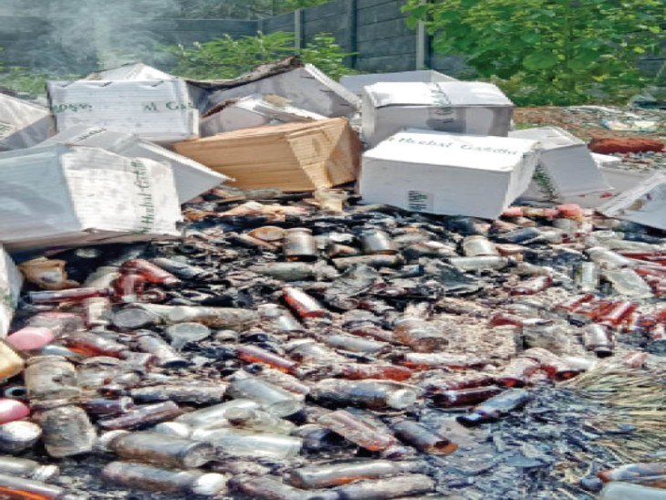 रजबंधा मैदान स्थित खाली जमीन में एक्सपायरी दवाओं को फूंका। - Dainik Bhaskar