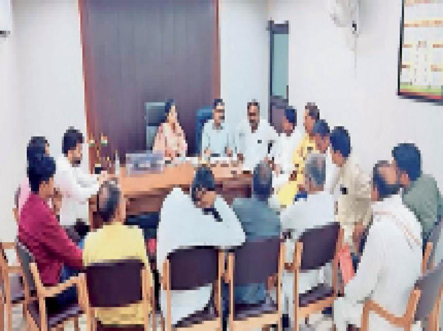 नगर निगम कार्यालय में शिकायतें लेकर पहुंचे लाेगाें से मिलते और अभियान को लेकर बैठक करते कमिश्नर, मेयर व अन्य अधिकारी। - Dainik Bhaskar