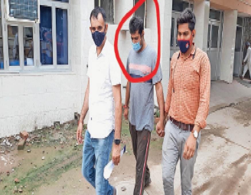 युवाओं को ठगने वाले गिरोह का सरगना लाल घेरे में नीतेश खवानी,जिसका सिविल हॉस्पिटल में मेडिकल करवा ले जाती साइबर क्राइम थाना टीम। - Dainik Bhaskar