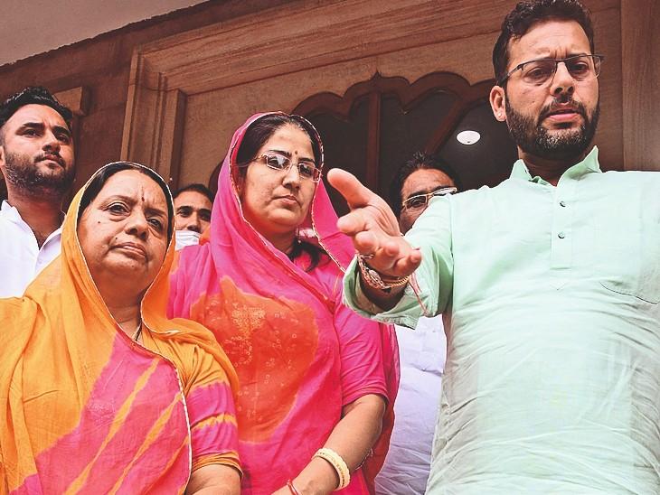नाम वापसी के लिए कांग्रेस की मुन्नी गोदारा और नेहा चौधरी नाम वापसी के लिए पहुंची, लेकिन समय निकल चुका था।