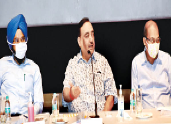 सेक्टर 44 स्थित अपेरल हाउस में समीक्षा बैठक करते स्वास्थ्य विभाग के अतिरिक्त मुख्य सचिव राजीव अरोड़ा। - Dainik Bhaskar