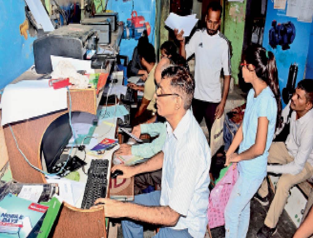 साेनीपत स्टैंड स्थित कैफे पर एडमिशन के लिए ऑनलाइन फार्म भरवाते हुए विद्यार्थी। - Dainik Bhaskar