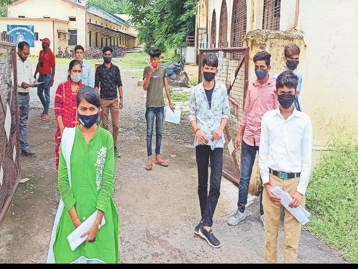 परीक्षा केंद्र उत्कृष्ट विद्यालय में परीक्षार्थियों की थर्मल स्क्रीनिंग की गई, फिर परीक्षा हॉल में प्रवेश दिया। - Dainik Bhaskar