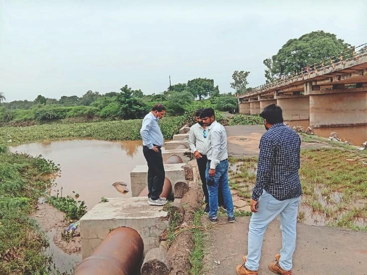 आबना नदी के पुराने पुल पर सुक्ता की नई लाइन बिछाने के लिए स्थान देखते निगम और कंपनी के इंजीनियर्स। - Dainik Bhaskar