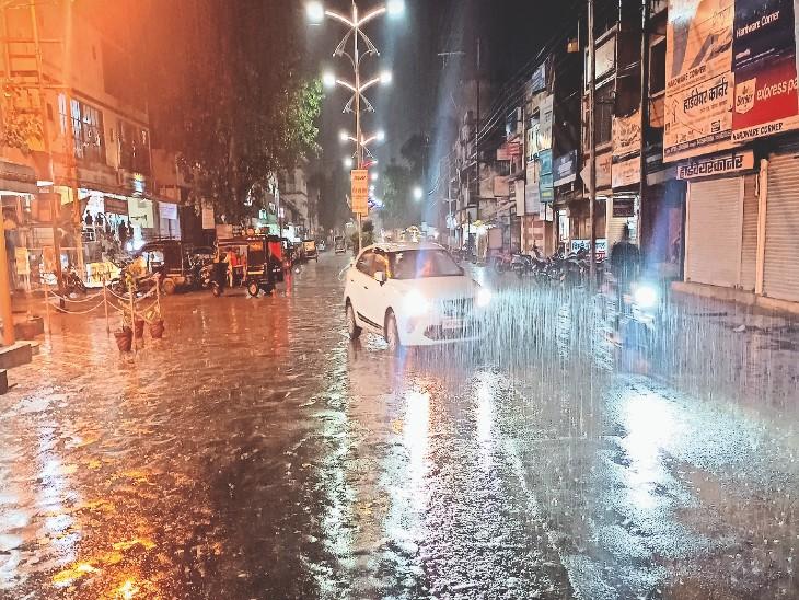 इंदौर रोड पर पड़ावा क्षेत्र में सोमवार रात बारिश होने से सड़कें भीग गईं। - Dainik Bhaskar