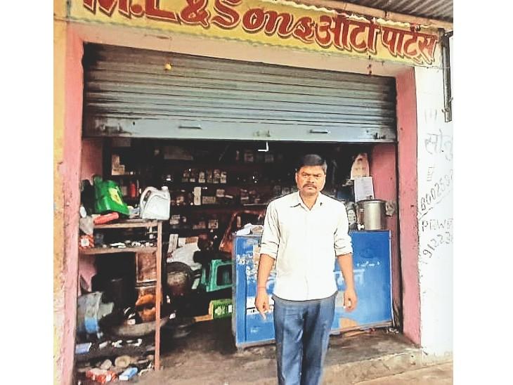 इसी दुकान में हुई चोरी - Dainik Bhaskar