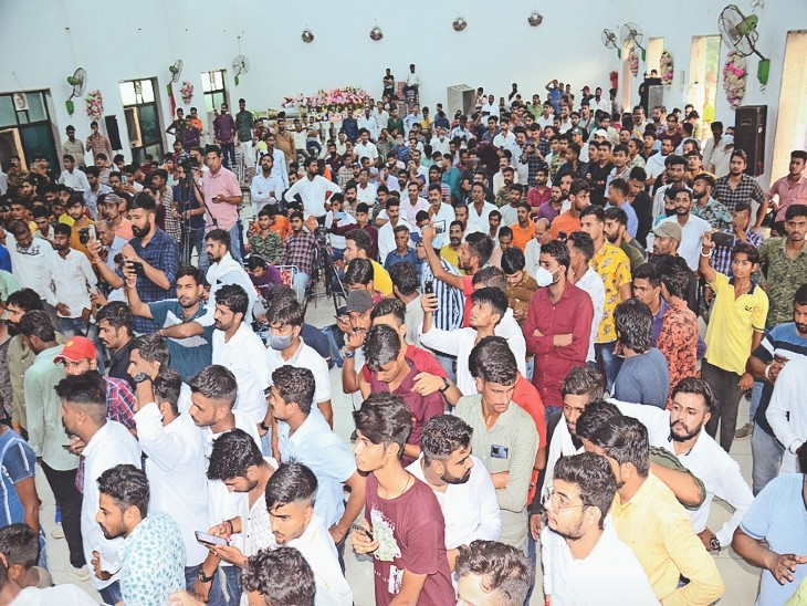 प्रधान जी के जांव में आयोजित कार्यक्रम के दौरान मौजूद लोगों की भीड़। - Dainik Bhaskar