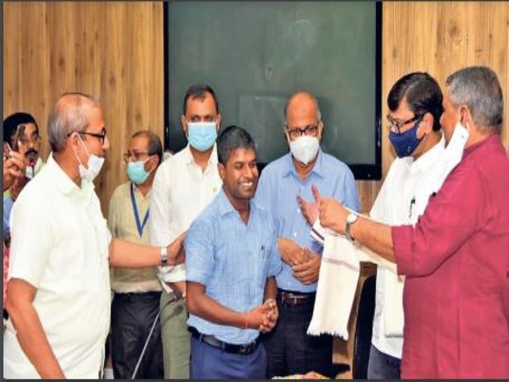 राजकीय शिक्षक सम्मान समारोह में डीपीओ को नहीं सौंपा गया सम्मान। - Dainik Bhaskar