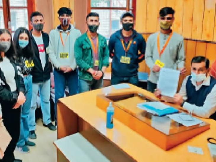 संजौली काॅलेज एबीवीपी इकाई ने छात्रों की मांगों को लेकर प्रिंसिपल के माध्यम से वीसी प्राे. सिकंदर कुमार काे ज्ञापन भेजा। - Dainik Bhaskar