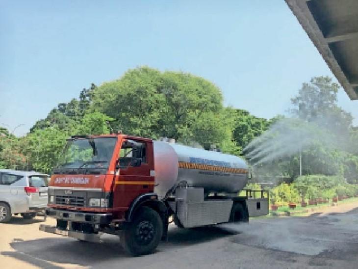 यह गाड़ी रोज पेड़ों को धोएगी, ताकि धूल कम हो सके। - Dainik Bhaskar