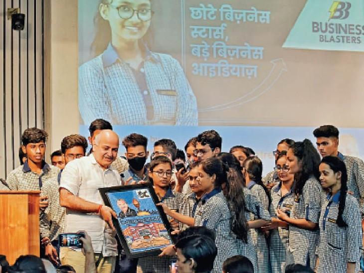 दिल्ली सचिवालय में दिल्ली सरकार के स्कूलों के 'सीड मनी प्रोजेक्ट' के एक हिस्से के रूप में व्यवसाय विकसित करने वाले युवा उद्यमियों के साथ दिल्ली के उपमुख्यमंत्री मनीष सिसोदिया। - Dainik Bhaskar