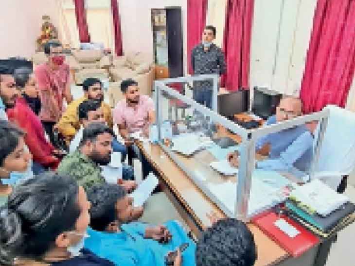 जगदलपुर। सोमवार को एनएसयूआई के सदस्यों और अन्य छात्रों ने कुलपति को उनके चेंबर में घेर दिया। - Dainik Bhaskar