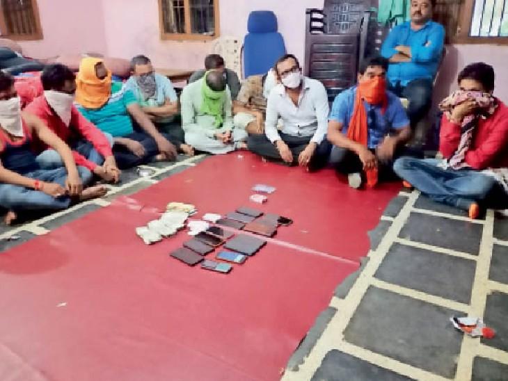 फार्म हाउस में जुआ खेलते 3 शिक्षक, डिप्टी रेंजर, बर्खास्त पटवारी और आरक्षक समेत 19 जुआरी पकड़े गए|महासमुंद,Mahasamund - Dainik Bhaskar