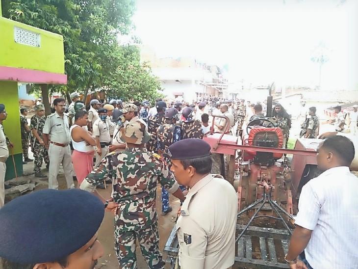 हमले के बाद बालू माफियाओं के ठिकाने पर छापेमारी करती पुलिस। - Dainik Bhaskar
