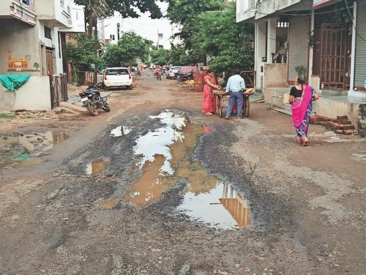 बाहेती कॉलोनी में सड़क के गड्ढों में भरा पानी। - Dainik Bhaskar