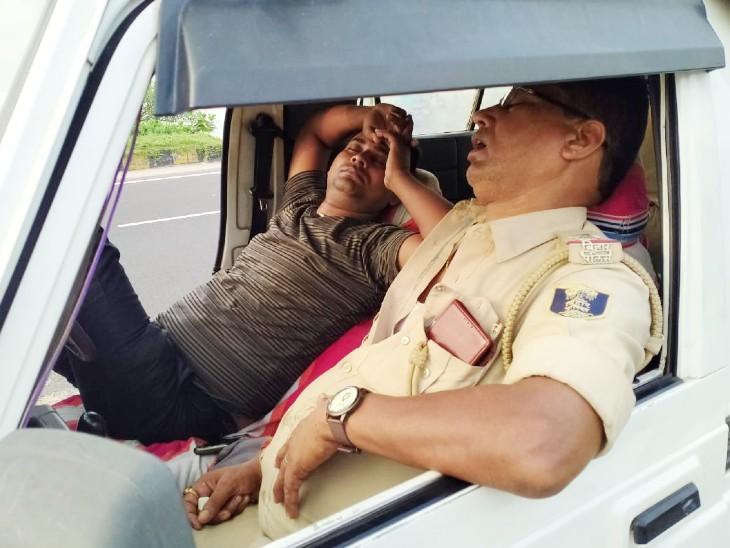 मुजफ्फरपुर में हाइवे किनारे वैन में सोती है पुलिस, अहियापुर थाने के सो रहे पुलिस अफसर की तस्वीर वायरल|बिहार,Bihar - Dainik Bhaskar