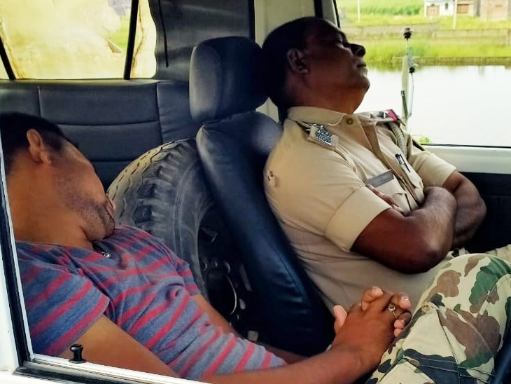 ड्राइवर के साथ पुलिस अफसर भी नींद में।
