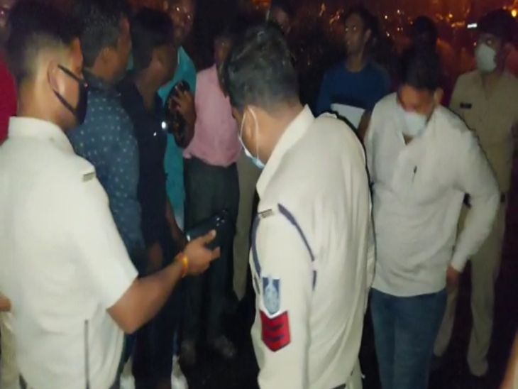 घटना के बाद इलाके में छानबीन करते हुए पुलिसकर्मी।