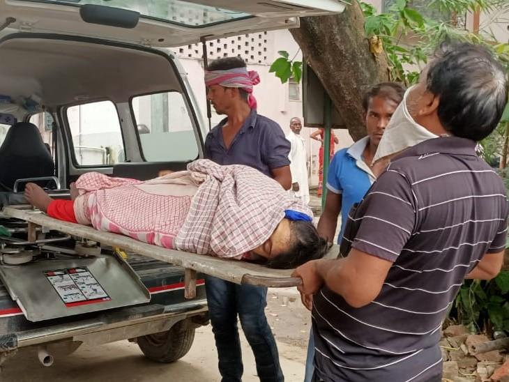 शव को पोस्टमॉर्टम के लिए ले जाया गया। - Dainik Bhaskar