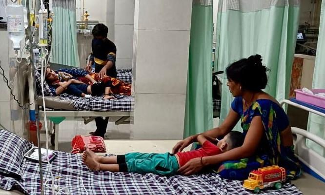 डेंगू, सीजनल फ्लू के OPD में 50% मरीज बढ़े; 1 से 5 साल की उम्र के बच्चे सबसे ज्यादा प्रभावित, गर्दन अकड़ने लग रही है|भोपाल,Bhopal - Dainik Bhaskar