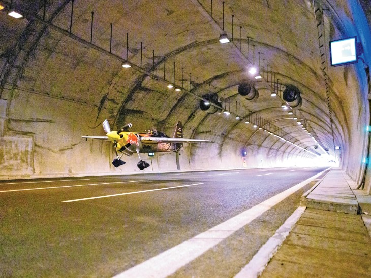 इटली के पायलट ने 2 सुरंगों में 3 फीट की ऊंचाई पर विमान उड़ाया, बनाए 5 रिकॉर्ड|विदेश,International - Dainik Bhaskar