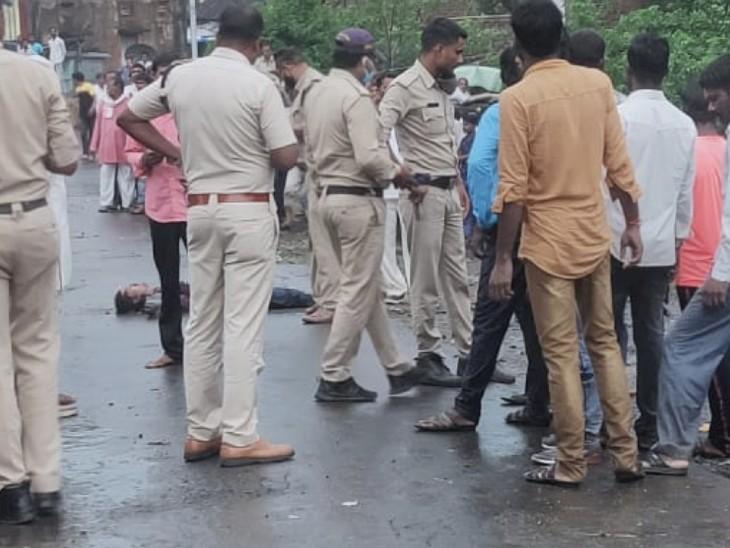 बाजार में घेर कर ग्रामीणों ने लाठी-डंडों से पीट-पीटकर मार डाला, लोगों ने कहा- इसके जादू-टोने के कारण बीमार हो रहे बच्चे|छिंदवाड़ा,Chhindwara - Dainik Bhaskar