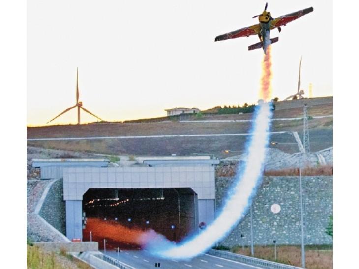 सुरंगों से गुजरने में विमान को महज 43.44 सेकंड लगे और रफ्तार 150 किमी प्रति घंटा रही।
