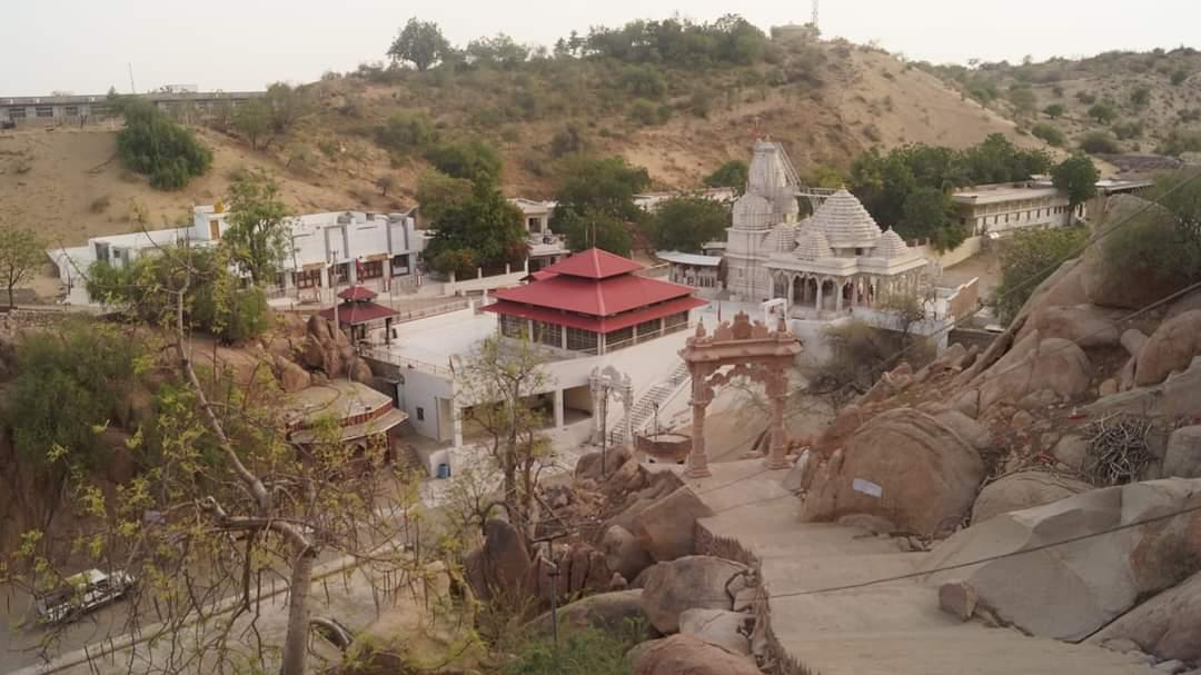 पहाड़ों और धोरों के बीच वांकल वीरात्रा मंदिर।