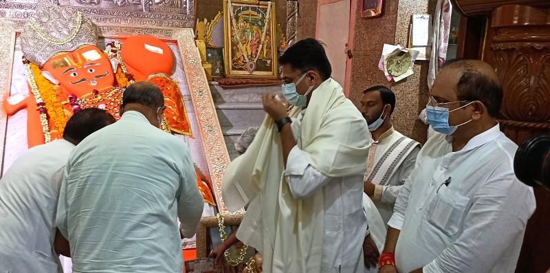जयपुर में खोले के हनुमानजी मंदिर में पूर्जा अर्चना करते सचिन पायलट