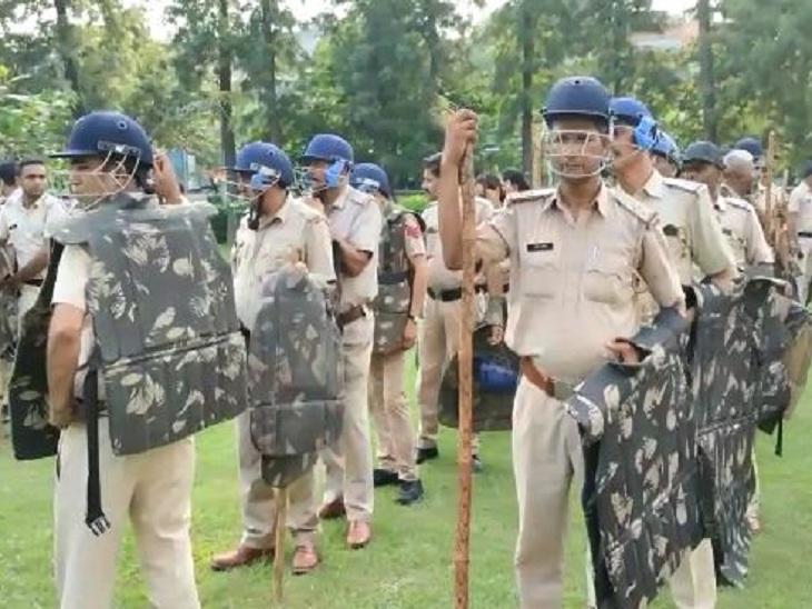 पुलिस की 30 कंपनियां लगाई गई हैं। इन्हें शहर के अंदर तैनात किया गया है।