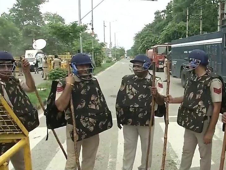 करनाल के SP गंगाराम पुनिया ने बताया कि कानून व्यवस्था बनाए रखने को लेकर पुलिस पूरी मुस्तैद है। धारा-144 लागू है। किसानों को मिनी सचिवालय तक पहुंचने से रोकने के लिए पैरामिल्ट्री फोर्स समेत सुरक्षाबलों की 40 कंपनियां तैनात की गई हैं।
