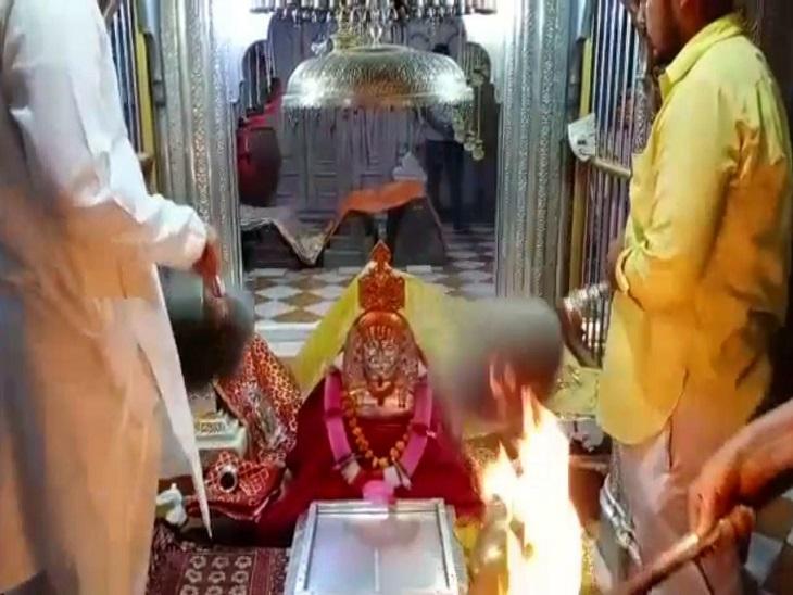 मंदिर में बाबा रामदेव की आरती।