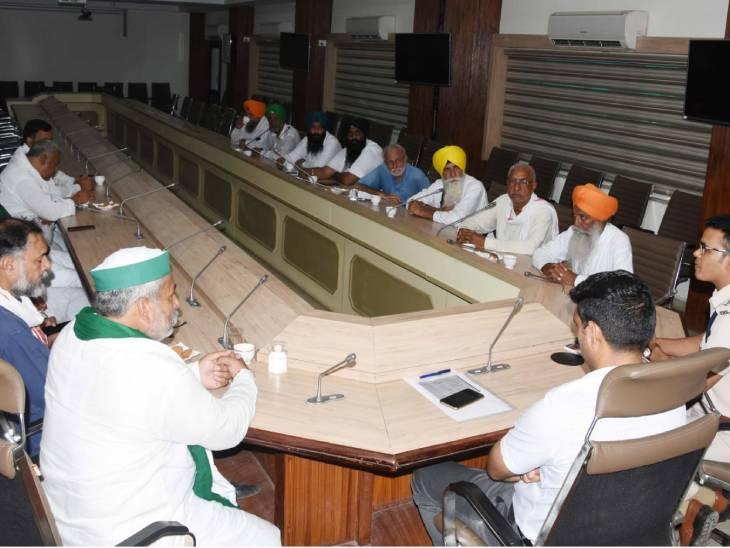 किसान नेताओं से बातचीत करते डीसी और एसपी।