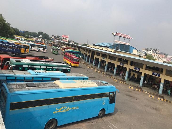 सरकारी बसों की हड़ताल की वजह से जालंधर के बस स्टैंड पर खड़ी प्राइवेट बसें।