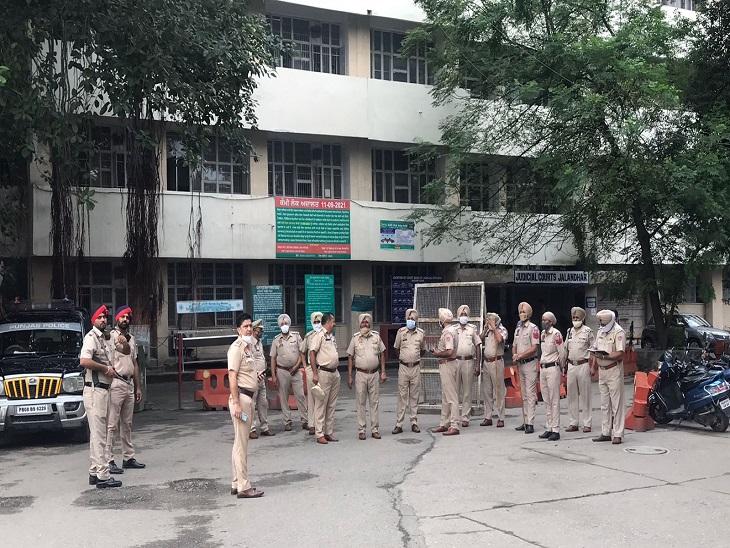 जालंधर सेशन कोर्ट ने खारिज की अग्रिम जमानत की अर्जी, गिरफ्तारी से बचने के लिए जाना होगा हाईकोर्ट, कोर्ट कांप्लेक्स में रही कड़ी सुरक्षा जालंधर,Jalandhar - Dainik Bhaskar