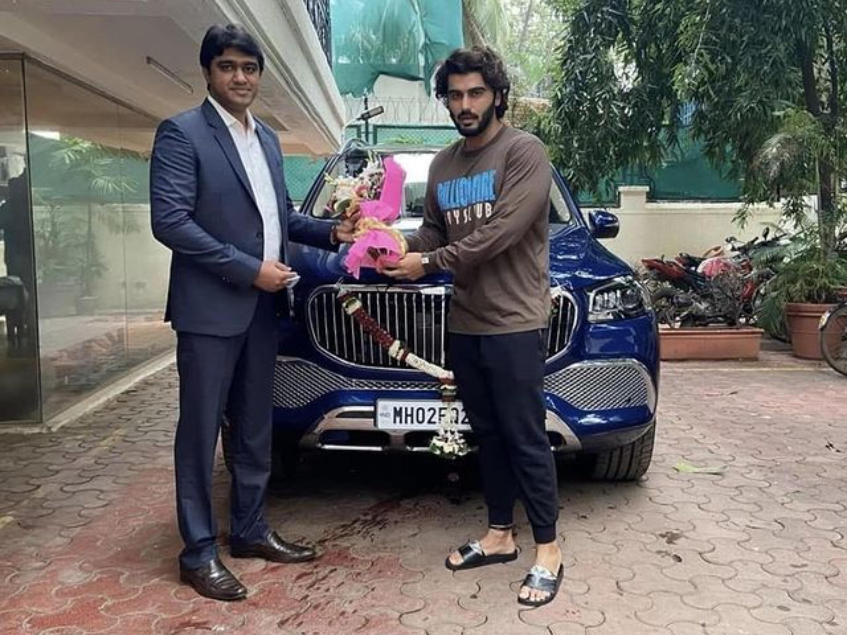 अर्जुन कपूर ने लैंड रोवर डिफेंडर के बाद खरीदी 2.43 करोड़ की मर्सिडीज मेबेक, कुछ महीनों पहले इसी कार में रणवीर सिंह के साथ दिखे थे बॉलीवुड,Bollywood - Dainik Bhaskar