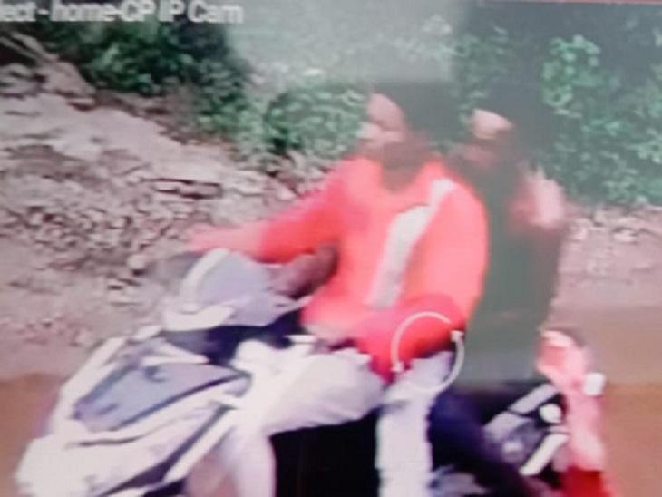 भिलाई में स्कूटी सवार 3 बदमाश लूटकर भागे, बुजुर्ग ने झपट्टा मारकर पकड़ा बैग; खुद सड़क पर घिसटते हुए लुटेरों को गिराया छत्तीसगढ़,Chhattisgarh - Dainik Bhaskar