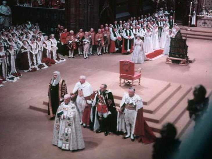 क्वीन एलिजाबेथ के राज्याभिषेक के दौरान की फोटो।