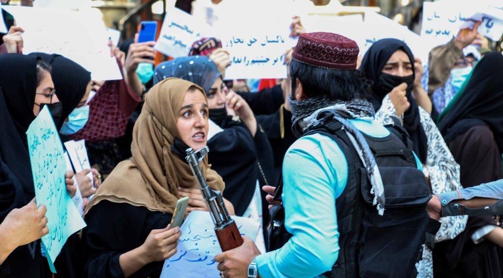 प्रदर्शनकारी महिलाएं बंदूकधारी तालिबानियों के साथ भिड़ गईं।