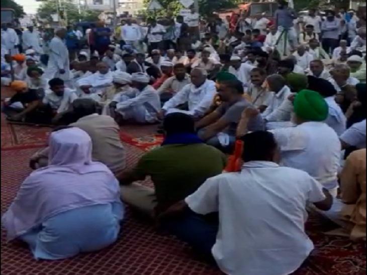 किसानों ने लघु सचिवालय के सामने सड़क पर बैठकर आवाजाही रोकी हुई है।