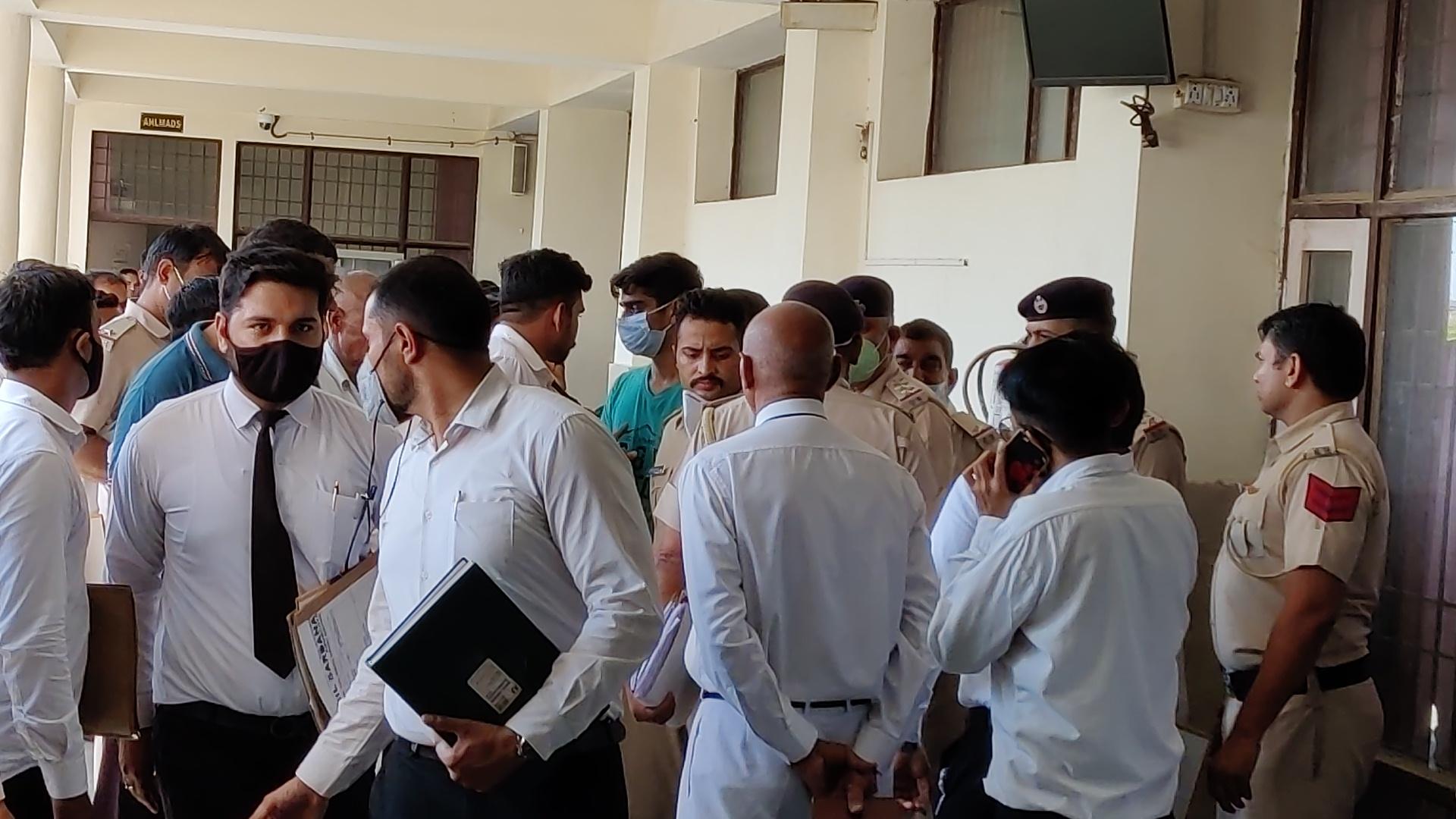कोर्ट परिसर में 6 सितंबर को वकील और अभिषेक की मुलाकात का फाइल फोटो